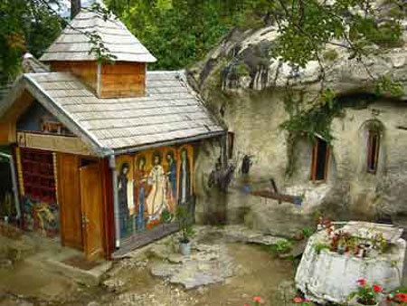 Pelerinaj la manastirile rupestre Cetatuia, Namaiesti si Corbii de Piatra