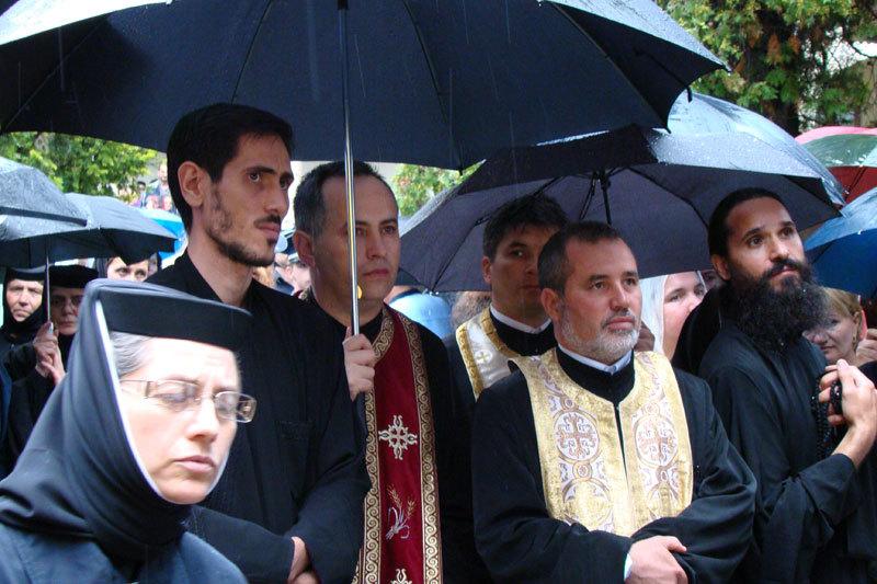 Credinciosi la inmormnatarea parintelui Arsenie Papacioc