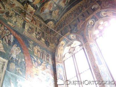 Manastirea Probota - Pridvor scaldat in lumina