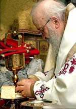 De ce se impartaseste mai intai preotul si apoi credinciosii ?