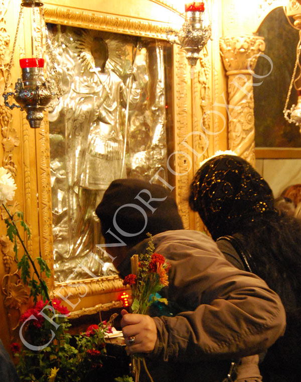 Credinciosi la icoana Sfantului Mucenic Mina