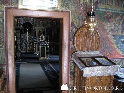 Schitul Sihla - Biserica (privire din pronaos)
